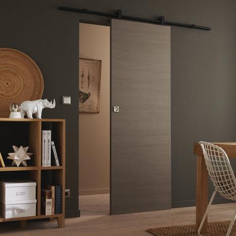 Une porte coulissante avec un système coulissant visible et design