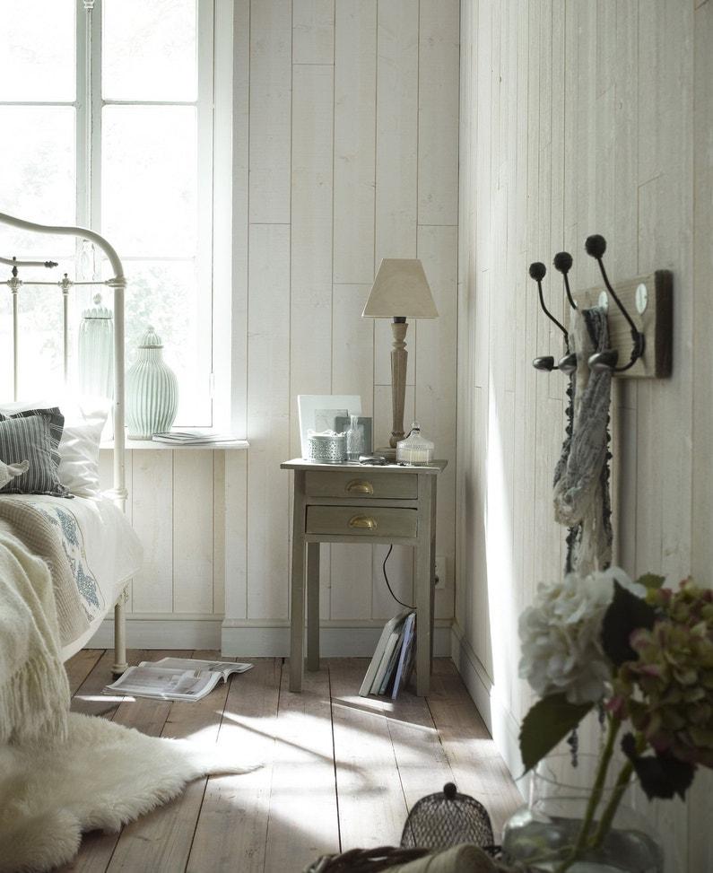 une chambre adulte avec lambris sur les murs