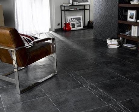 Le carrelage noir se mixe au mobilier design