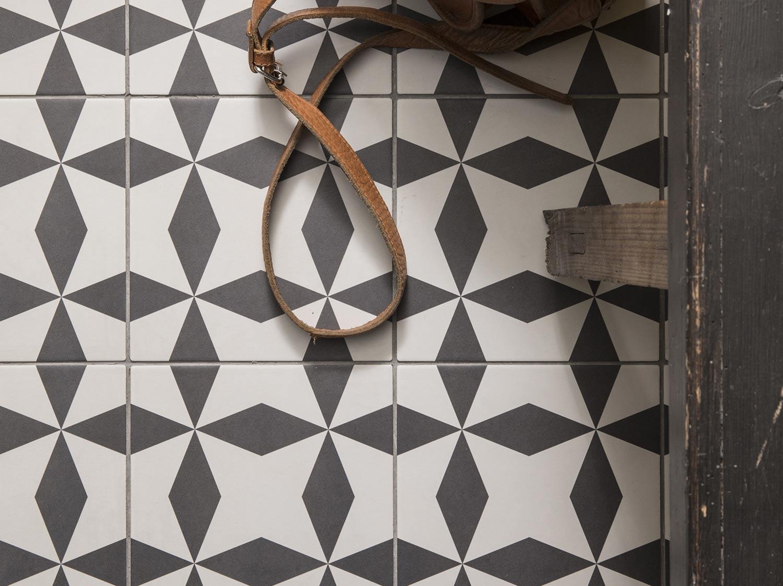 patchwork de carreaux de ciment pour la cr dence leroy. Black Bedroom Furniture Sets. Home Design Ideas