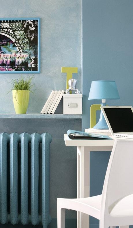 Un coin bureau dans un espace bleu