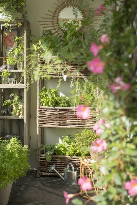 Décorer le balcon avec des jardinières en osier