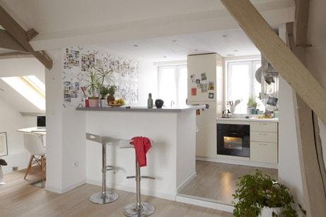 Une cuisine blanche sous les combles