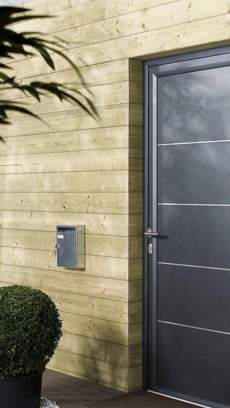 Une façade de maison en bois clair