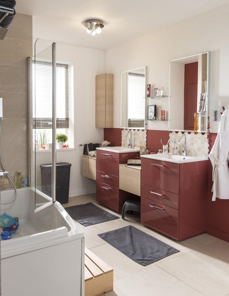 une salle de bains en rouge et bois pour la famille leroy merlin. Black Bedroom Furniture Sets. Home Design Ideas