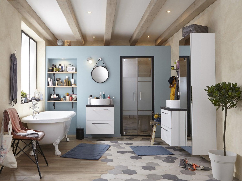 Cool mix de parquet et carrelage dans une grande salle de for Carrelage salle de bain style ancien