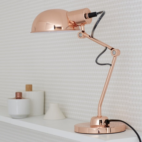 Lampe de bureau cuivrée qui transforme la déco