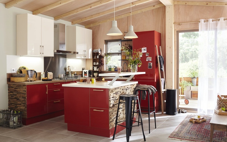 Une cuisine rouge blanc et bois leroy merlin - Cuisine design rouge et blanc ...