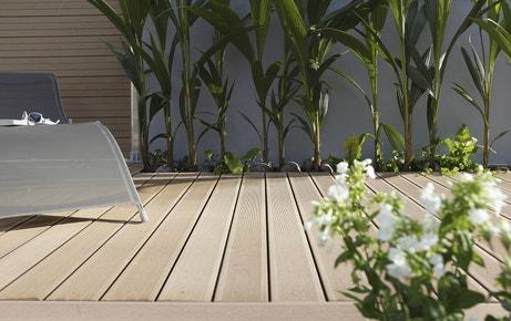 Une terrasse facile d'entretien avec des planches brun foncé en composite