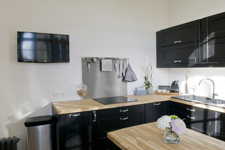 Une cuisine blanche et bois avec un lot central chez - Cuisine design blanche et noire ...
