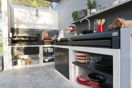 Une cuisine d'extérieur noire et blanche