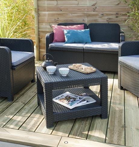 Un salon de jardin anthracite avec son canapé, ses 2 fauteuils et sa table