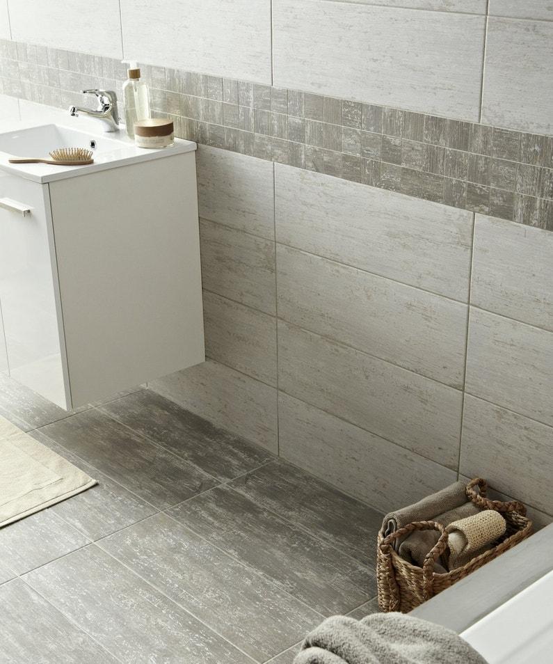 Salle de bains avec sol et mur gris effet pierre leroy - Salle de bain bois et gris ...