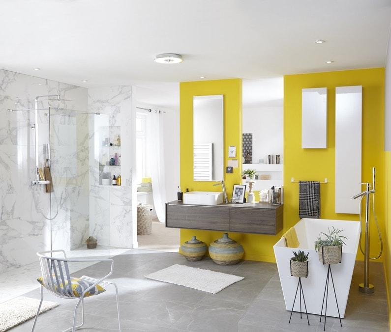 Une salle de bains épurée avec du jaune touche de jaune | Leroy Merlin