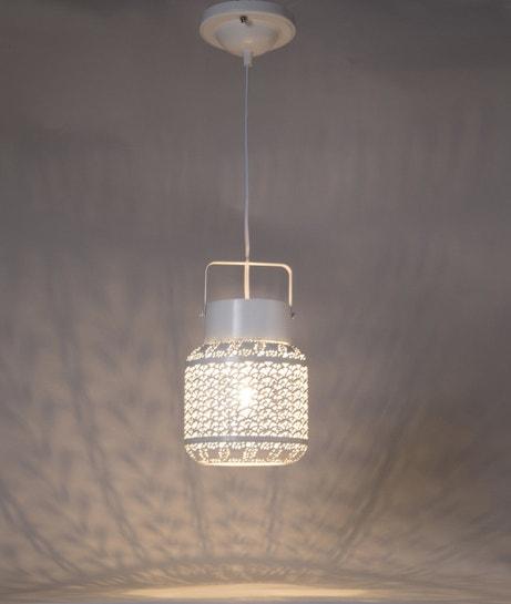 Une suspension moderne et design en métal et verre blanc