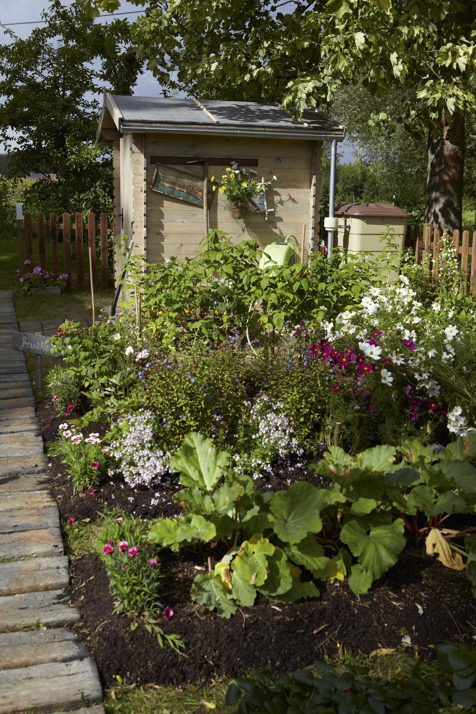 une terrasse en bois au milieu du jardin leroy merlin. Black Bedroom Furniture Sets. Home Design Ideas