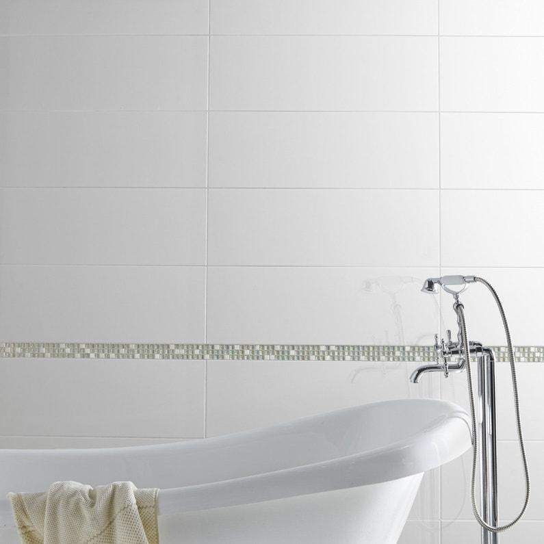Un carrelage mural de salle de bains blanc brillant for Carrelage blanc brillant salle de bain