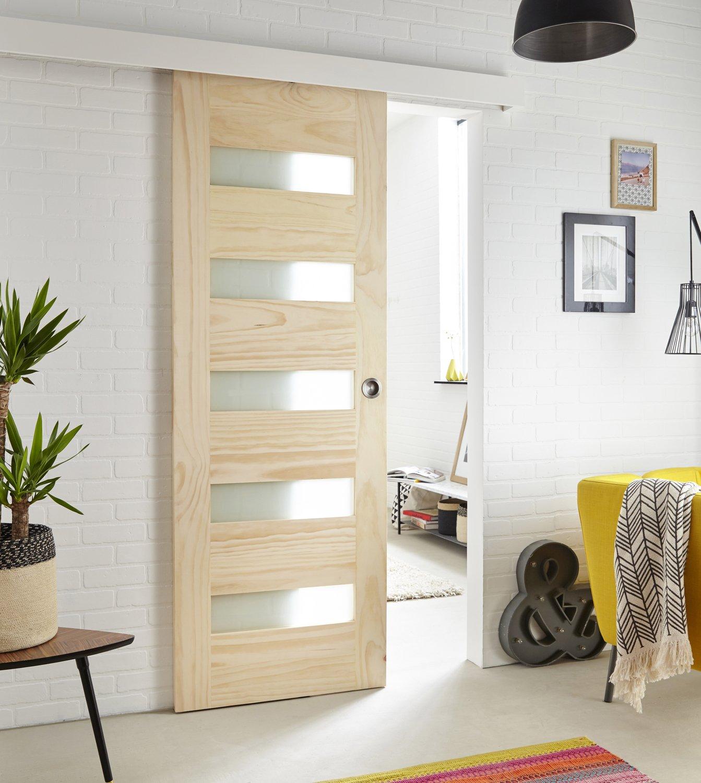 une porte coulissante ajour e qui mixe les mati res. Black Bedroom Furniture Sets. Home Design Ideas