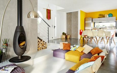 Un salon style loft avec ce poêle à bois design