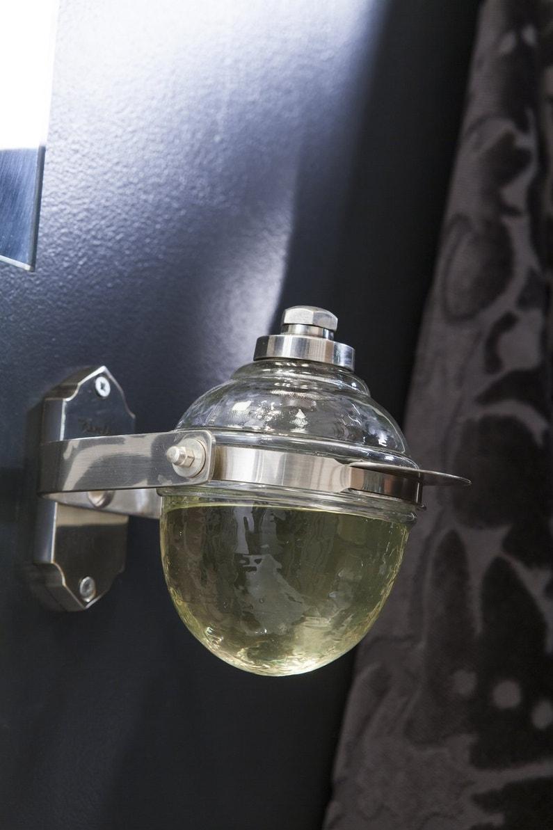 Un distributeur de savon vintage dans la salle de bains - Distributeur savon salle de bain ...
