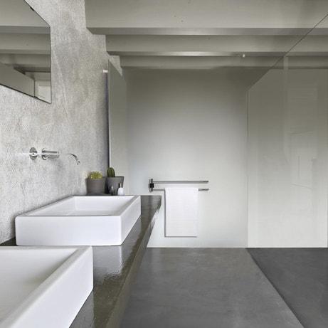 Une salle de bains grise toute en matière