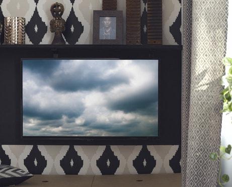 Un télévision bien intégrée dans le salon de style africain