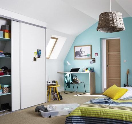 Du rangement au mur comme au sol pour une chambre organisée