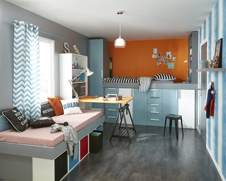 Un lit sur des meubles de rangement pour la chambre d'ado