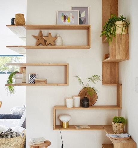 Des étagères en bois pour optimiser les angles