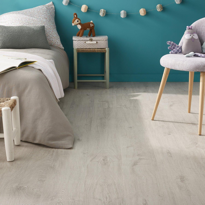 Un sol effet bois gris clair dans une chambre d\'enfant | Leroy Merlin