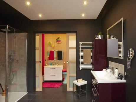 Une salle de bains pour toute la famille avec un coin enfant