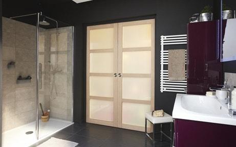Une double porte coulissante pour la salle de bains