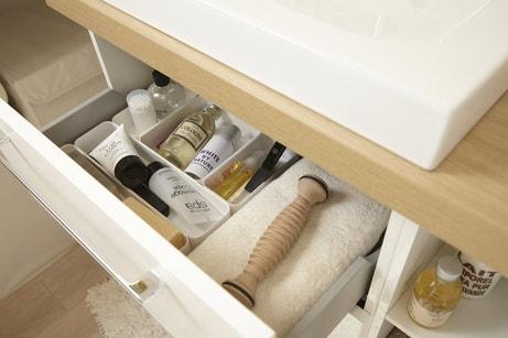 Des tiroirs de salle de bains organisés