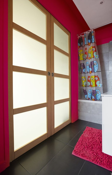 Des portes coulissantes dans la salle de bains