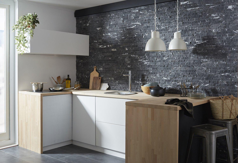 une cuisine tendance avec un mur en plaquettes de parement. Black Bedroom Furniture Sets. Home Design Ideas