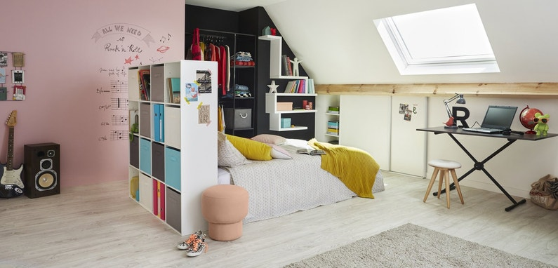 une chambre d 39 enfant sous les combles leroy merlin. Black Bedroom Furniture Sets. Home Design Ideas
