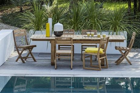 Un salon de jardin en bois au bord de la piscine