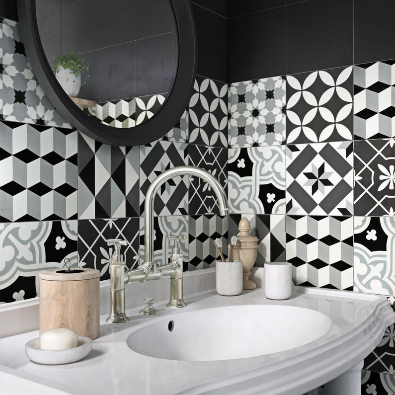 Des carreaux de ciment pour une salle de bains unique for Carreaux mur salle de bain