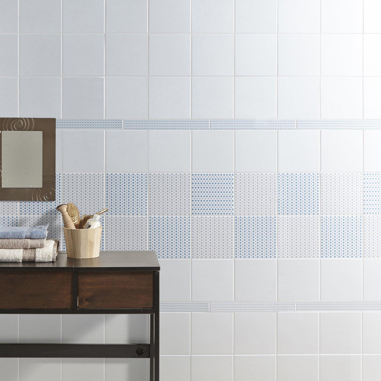 Un Carrelage Mural Blanc Et Bleu A Poid Avec Frise Pour Salle De