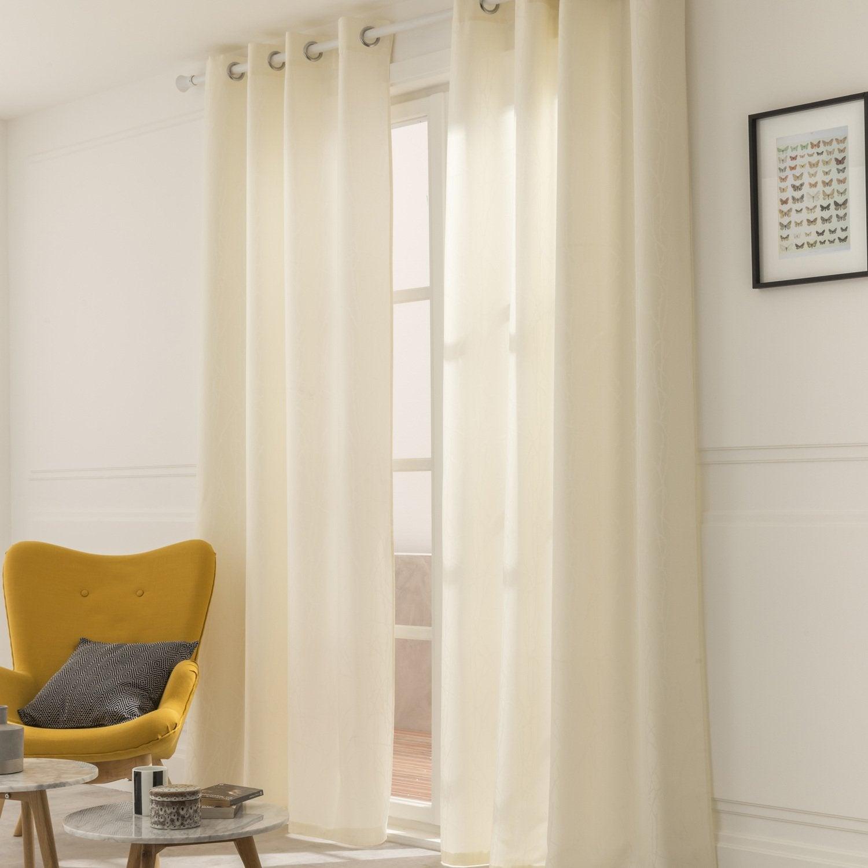 Des rideaux aux tons écrus dans un salon de style scandinave avec touches  de jaune