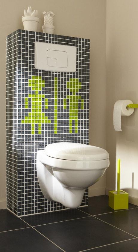 Des wc suspendus avec une mosaïque réprésentative