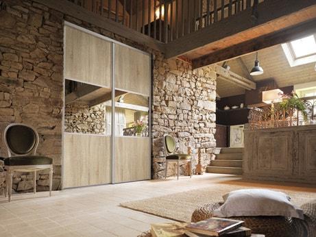 Des portes de placard en bois avec des miroirs dans votre séjour