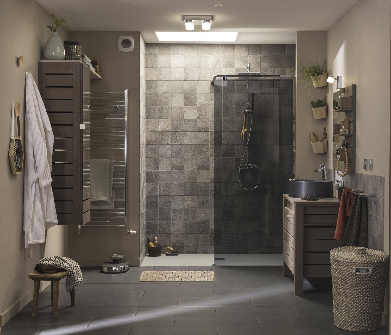 Une douche à l\u0027italienne dans une salle de bains nature