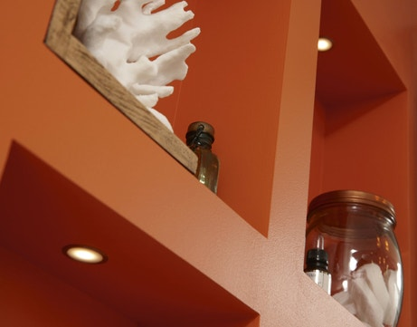 Des spots encastrables très pratiques pour éclairer les étagères