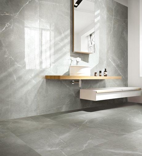 Du carrelage effet marbre gris pour une salle de bains chic