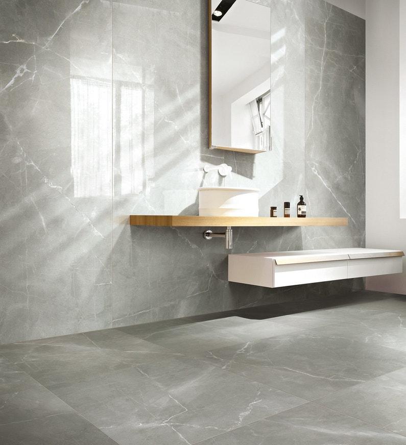 Du carrelage effet marbre gris pour une salle de bains for Carrelage salle de bain imitation marbre