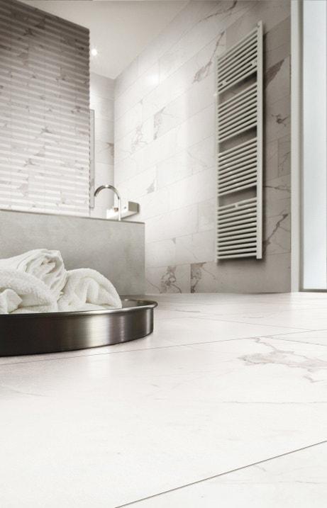 Une salle de bains épurée et design au carrelage effet marbre