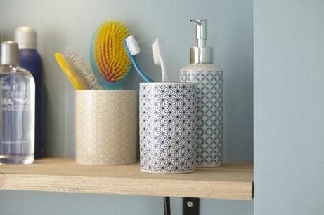 Des accessoires de salle de bains de style scandinave