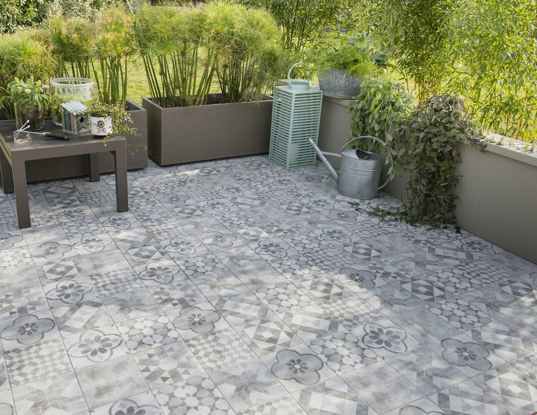 Un Carrelage Gris Et Argent Imitation Carreaux De Ciment Sur Une Terrasse Leroy Merlin