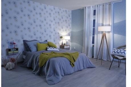 Une chambre adulte aux teintes de bleu et au style contemporain
